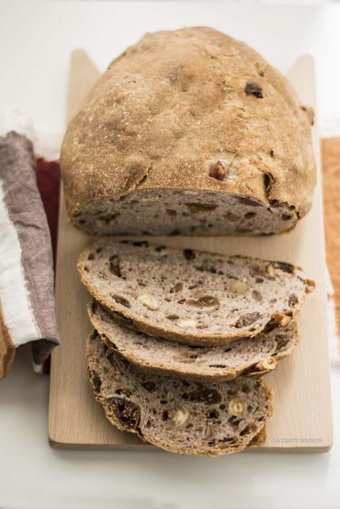 Pane dolce con vino e frutta secca