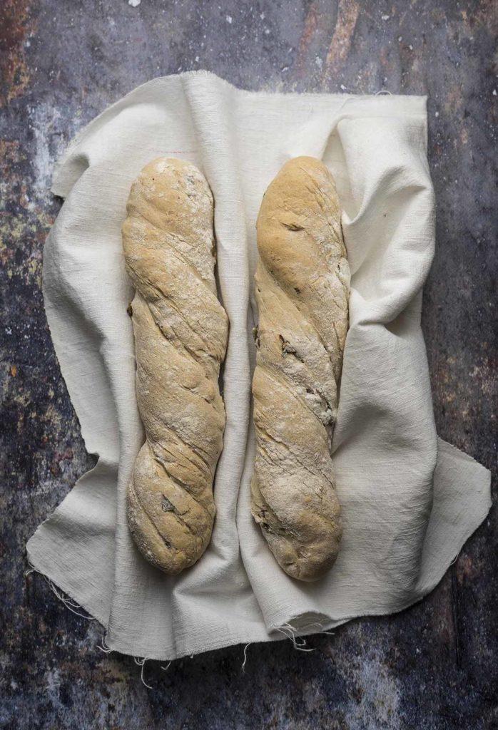 Pane ritorto con capperi