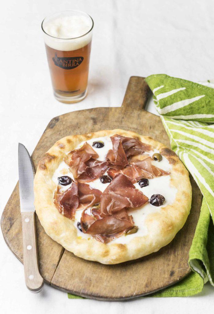 Pizza squacquerone, olive, bresaola