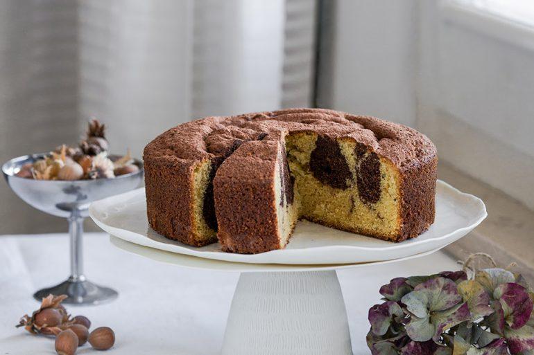 Torta variegata nocciole e cacao