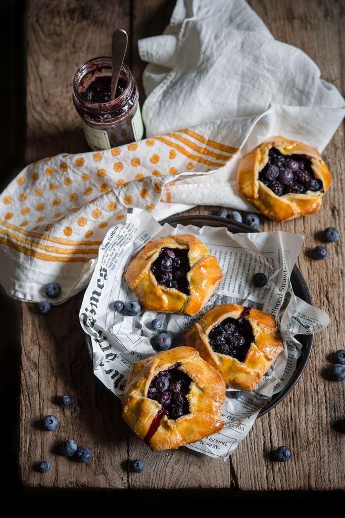 Tartellette con frolla alle mandorle e mirtilli